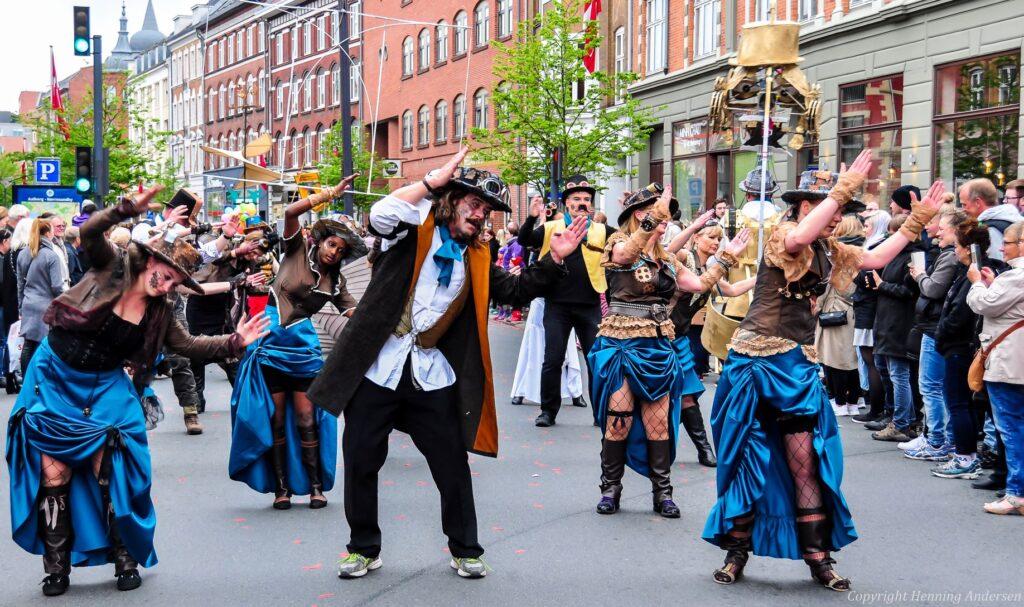 Et samarbejde med KarnevalsKoloritterne giver fylde