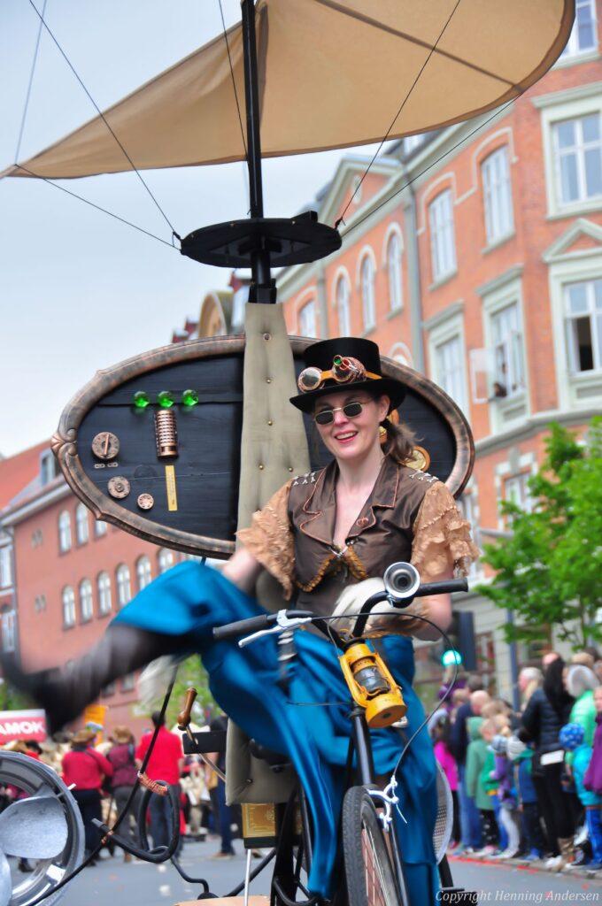 Den gale opfinder på sin cykel-helikopter