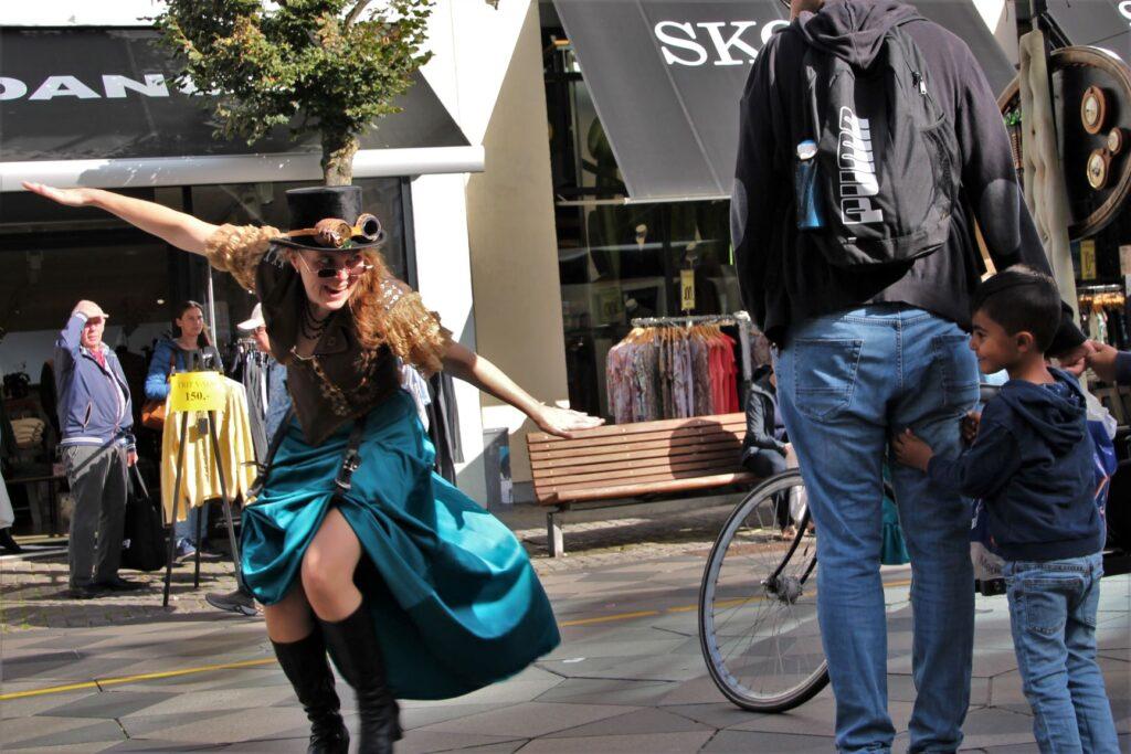 KoloBritt leger med børn og voksne i gaderne