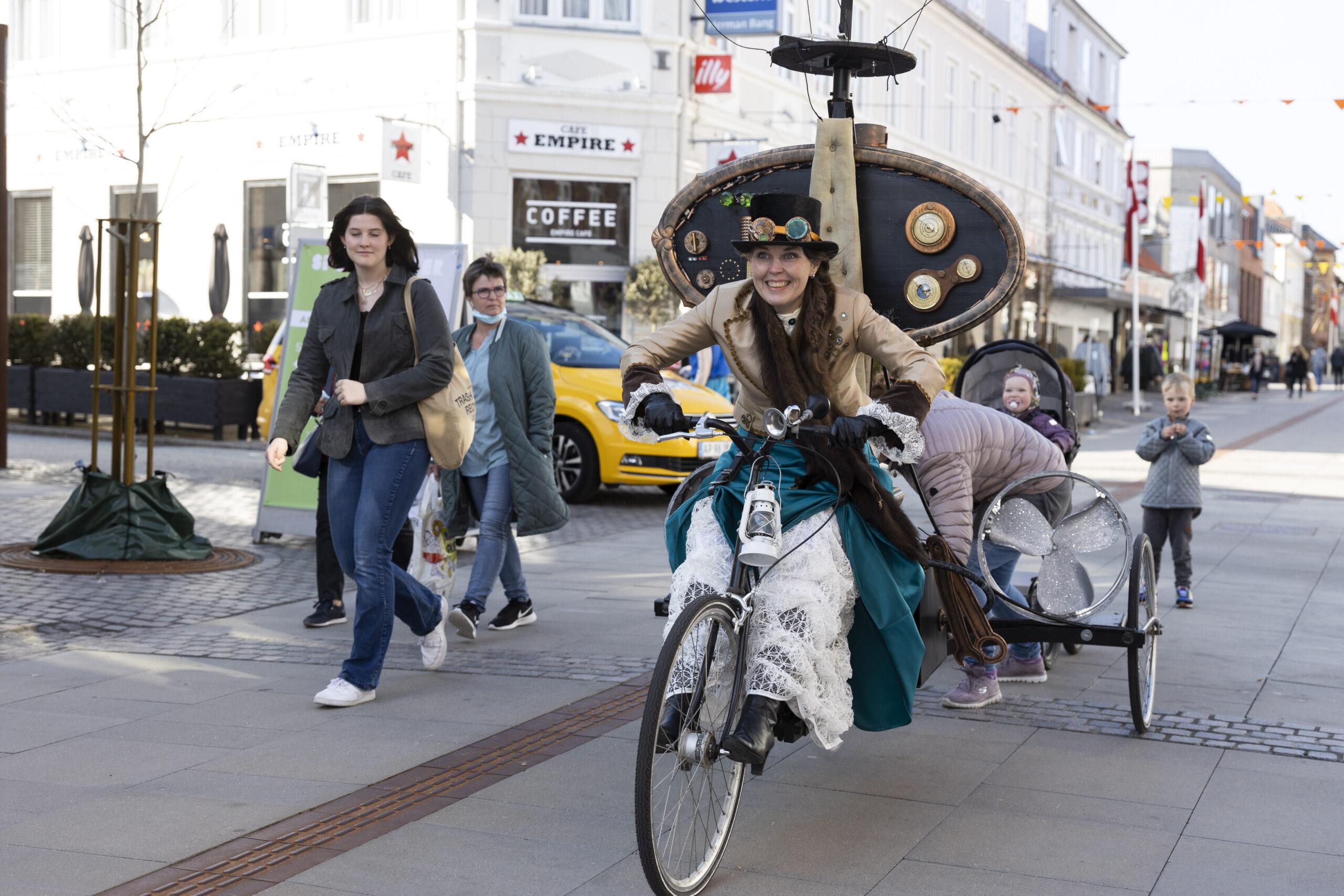 Den Gale Opfinder på sin cykelhelikopter til fødselsdag i Frederikshavn